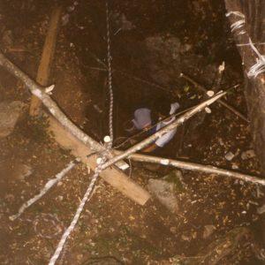 """Na pobudo Aljoše Krivca smo dne 21. avgusta 1999 začeli z izkopavanjem dihalnika v vrtači v Fedrigovi ogradi pri divaškem strelišču. Na robu te vrtače se je nahajal poldrugi meter globok rov, ki so ga skopali naši predhodniki """" stari jamarji """" pred dobrimi 10 leti."""