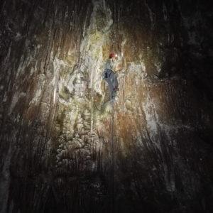 Bukovnik - prečka v Stranski jašek. Stene se bleščijo v jamskem srebru in jamskem zlatu.