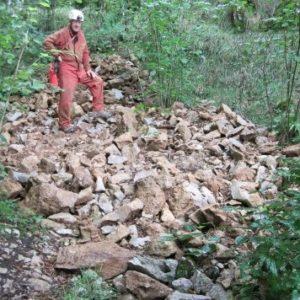 Albert na deponiji (računamo, da je bilo izkopanega cca 35m³ materiala. Najtežavnejši del dela je predstavljal ravno transport le-tega iz jame. Ocenjujemo, da je bilo na površje iznešenega cca 13 m³ materiala, še več materiala pa je lepo zloženega v razširjenih delih jame, zlasti v spodnjem delu Podleskove jame)