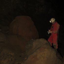Jaka med risanjem načrta južnega rova Skrite jame