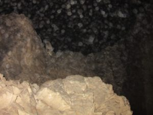 Pregrada, ki ločuje Skrito jamo od Martelove dvorane