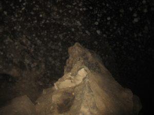 Vrh pregrade, ki ločuje Martelovo dvorano od Skrite jame